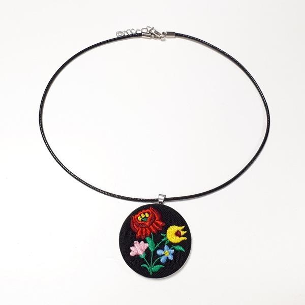 2ef037bca0 Hímzett Kalocsai nyaklánc - fekete | Díszdobozban | Váci Souvenir Shop